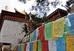 Ringha Gompa w Stupa Prayer flags s