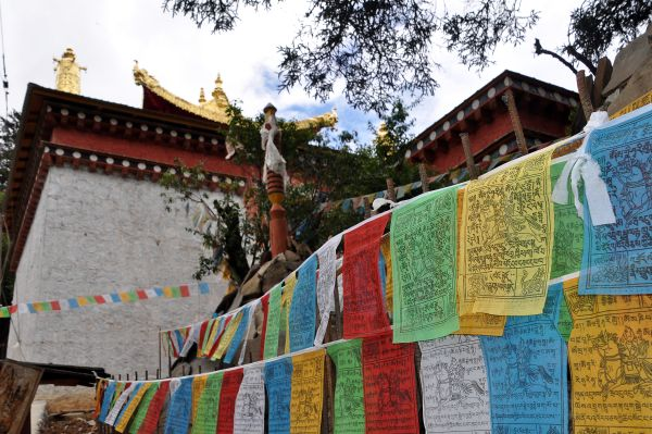 Ringha Gompa w Stupa Prayer flags s.JPG